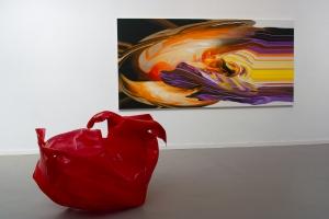 Digital produziert oder inspiriert? Paul Schwers Plexiglas-Skulptur vor einem Bild Volker Wevers