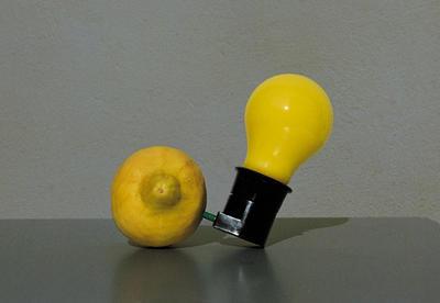 Joseph Beuys (1921-1986) Capri-Batterie, 1985 Glühlampe mit Steckerfassung und Holzkiste Exemplar 131/200