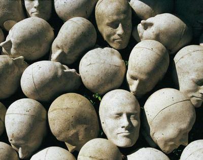 Timm Ulrichs (*1940) Kopf-Stein-Pflaster (1978/80-88/89) ca. 100 Beton-Abgüsse vom Kopf des Künstlers